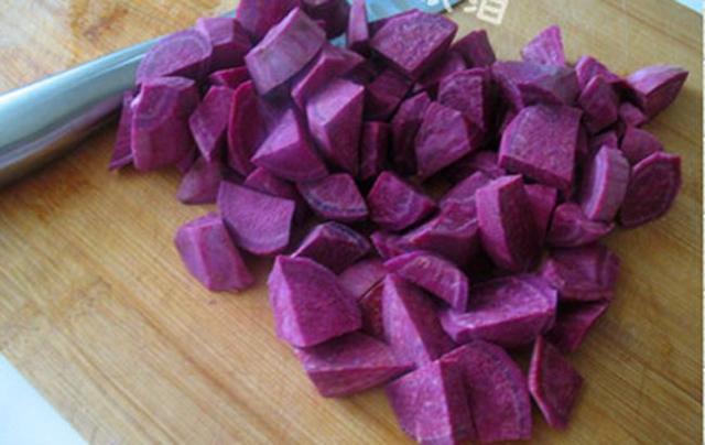 Cách làm khoai lang kén- cắt khoai thành từng miếng nhỏ