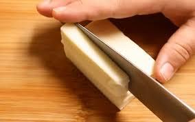 Cách làm phô mai que tại nhà - cắt phô mai thành miếng