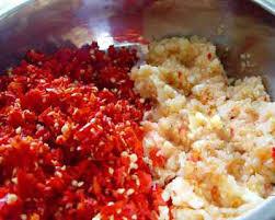 Làm muối ớt ngon- băm nhuyễn tỏi và ớt